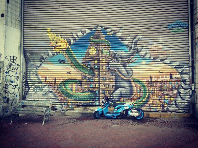 Γκράφιτι στον τοίχο με το ποδήλατο συνήθειας στοκ εικόνες