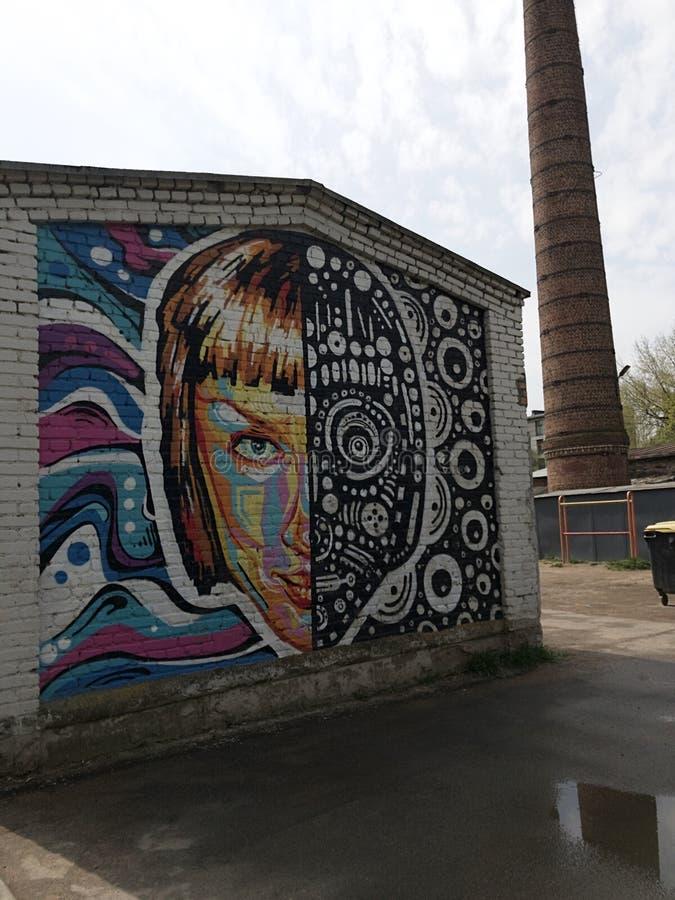 Γκράφιτι στον τοίχο του κτηρίου Πρόσωπο κοριτσιών, αφαίρεση στοκ φωτογραφία με δικαίωμα ελεύθερης χρήσης