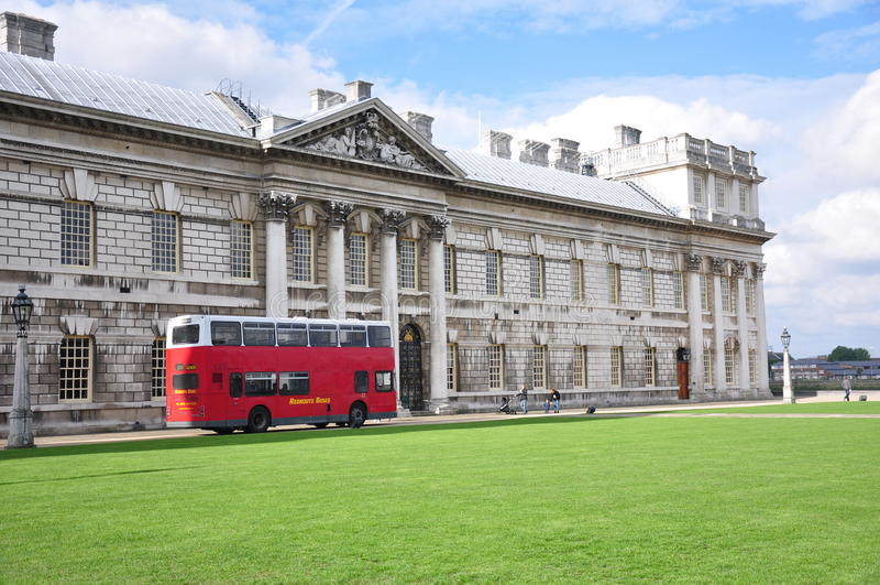 Γκρήνουιτς, Αγγλία - τον Οκτώβριο του 2013: Διώροφο λεωφορείο και ιστορικό κτήριο στοκ φωτογραφίες