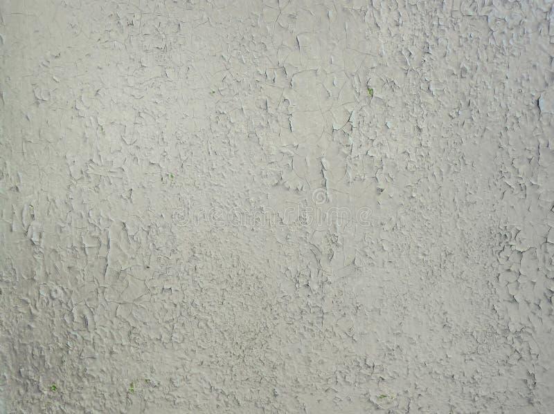 Γκρίζα αποφλοίωση χρωμάτων σε ένα μεταλλικό υπόβαθρο επιφάνειας Παλαιά βρώμικη, ξεπερασμένη χρωματισμένη σύσταση τοίχων Ραγισμένο στοκ φωτογραφία με δικαίωμα ελεύθερης χρήσης