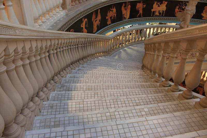 Γκρίζα ελληνικά σκαλοπάτια μωσαϊκών με τη μαρμάρινη στήλη και τις παραδοσιακές εικόνες αρχαία ανασκόπηση αρχιτε&kapp στοκ φωτογραφίες με δικαίωμα ελεύθερης χρήσης