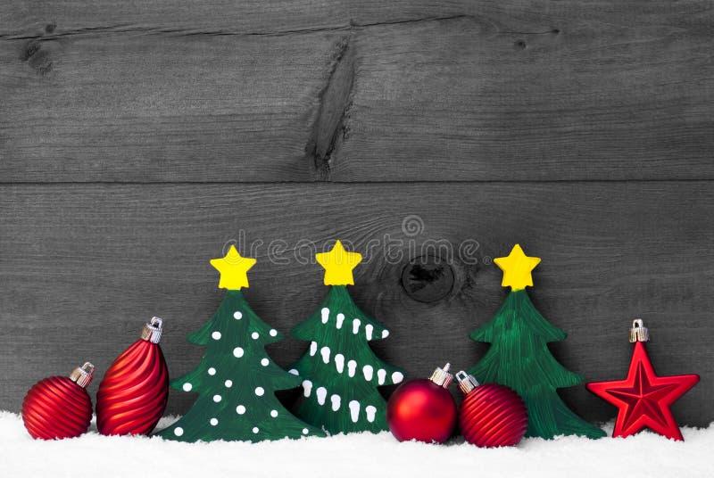 Γκρίζα κάρτα Χριστουγέννων με τα πράσινα δέντρα και τις κόκκινες σφαίρες, χιόνι στοκ εικόνες με δικαίωμα ελεύθερης χρήσης