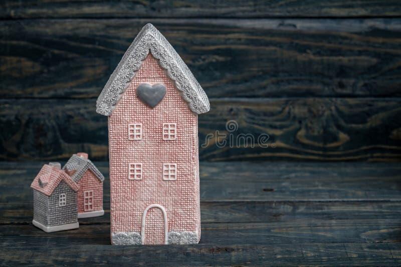 Γκρίζα και ρόδινα χαριτωμένα διακοσμητικά σπίτια με το διάστημα αντιγράφων στοκ φωτογραφία με δικαίωμα ελεύθερης χρήσης