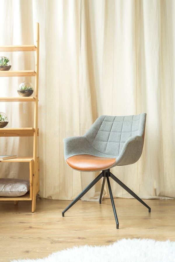 Γκρίζα καρέκλα σχεδιαστών στοκ φωτογραφία με δικαίωμα ελεύθερης χρήσης