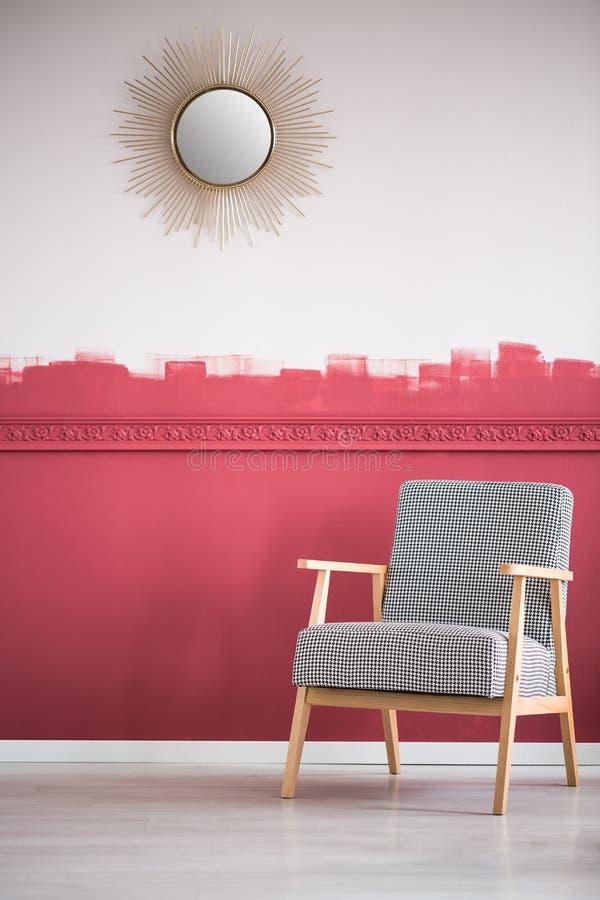 Γκρίζα κομψή πολυθρόνα στο καθιερώνον τη μόδα εσωτερικό καθιστικών με τον τοίχο ombre στοκ φωτογραφία με δικαίωμα ελεύθερης χρήσης