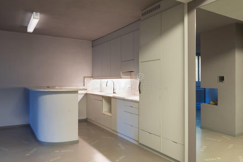 Γκρίζα κουζίνα με το υπερβολικό πάτωμα στοκ φωτογραφίες