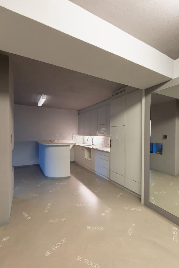 Γκρίζα κουζίνα με το υπερβολικό πάτωμα στοκ εικόνες