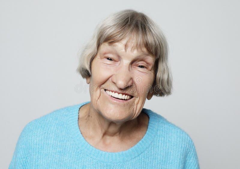 Γκρίζα μαλλιαρή ηλικιωμένη συμπαθητική όμορφη γελώντας γυναίκα στοκ εικόνα με δικαίωμα ελεύθερης χρήσης
