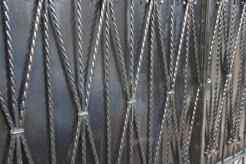 Γκρίζα μαύρη σύσταση μετάλλων των ράβδων σιδήρου στο σφυρηλατημένο σχέδιο στοκ φωτογραφία με δικαίωμα ελεύθερης χρήσης