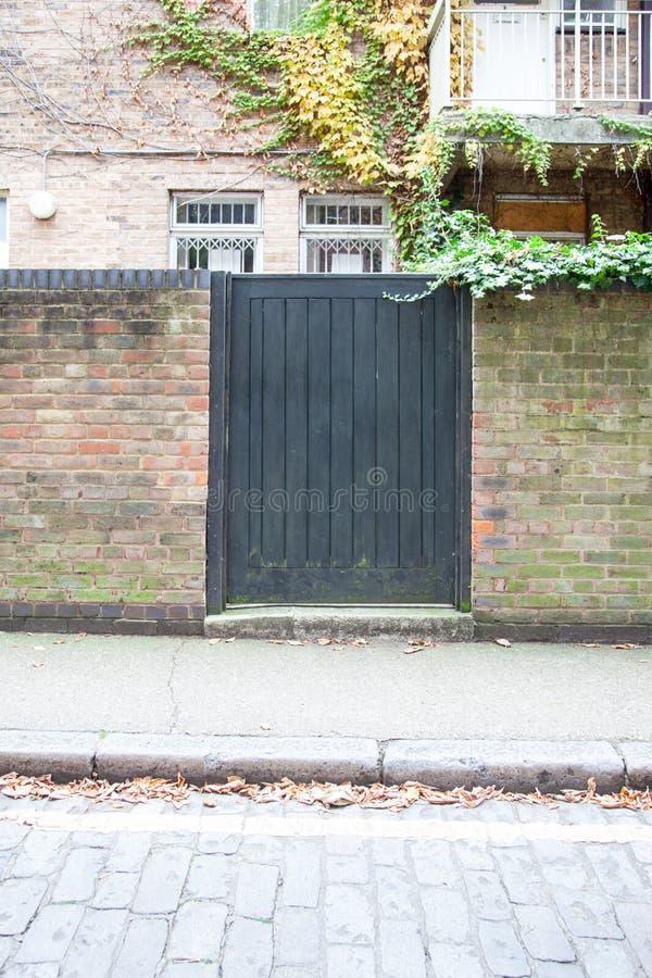 Γκρίζα ξύλινη πύλη στοκ εικόνες