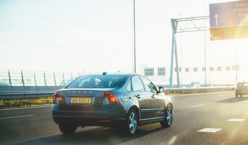 Γκρίζα οδήγηση αυτοκινήτων της VOLVO V40 γρήγορα στις Κάτω Χώρες στοκ φωτογραφία με δικαίωμα ελεύθερης χρήσης