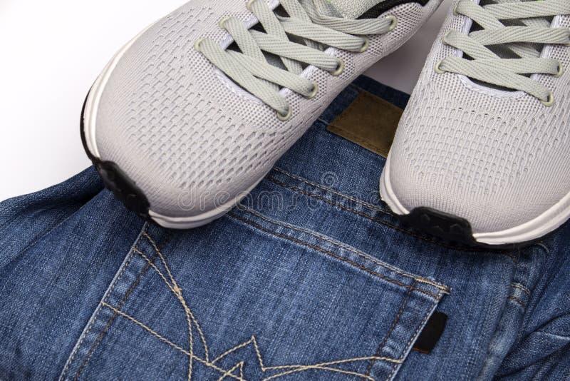 Γκρίζα πάνινα παπούτσια και τζιν Ιματισμός για το περπάτημα Ιματισμός για το ταξίδι Αθλητικά παπούτσια και τζιν παντελόνι Παπούτσ στοκ εικόνες με δικαίωμα ελεύθερης χρήσης