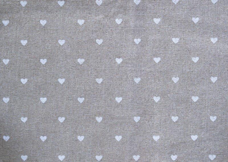 Γκρίζα πετσέτα βαμβακιού με τις καρδιές διακοσμημένο υπόβαθρο για την ημέρα βαλεντίνων στοκ φωτογραφία με δικαίωμα ελεύθερης χρήσης