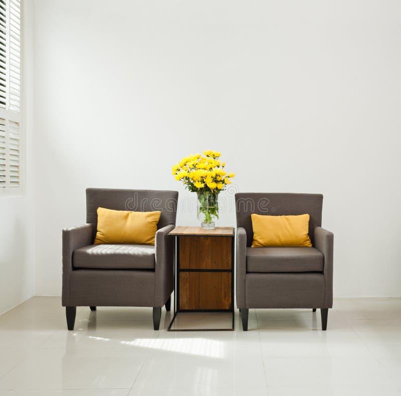 Γκρίζα πολυθρόνα καναπέδων στην απλή ρύθμιση στοκ φωτογραφία με δικαίωμα ελεύθερης χρήσης