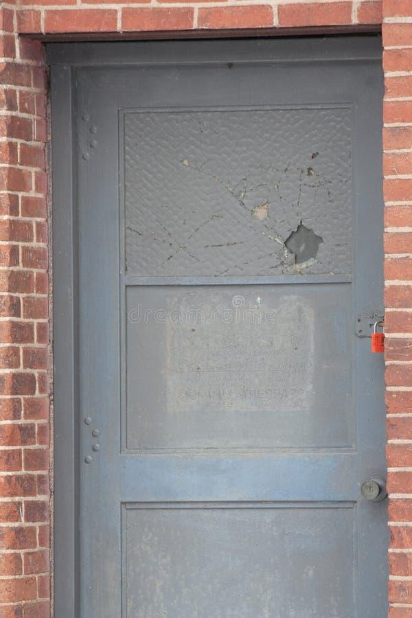 Γκρίζα πόρτα με το κόκκινο λουκέτο στοκ φωτογραφίες με δικαίωμα ελεύθερης χρήσης
