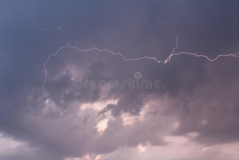 Γκρίζα σύννεφα θύελλας με την αστραπή από την πλευρά στοκ φωτογραφία με δικαίωμα ελεύθερης χρήσης