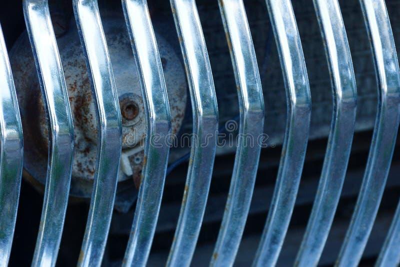Γκρίζα σύσταση μετάλλων από τα κάγκελα σε ένα παλαιό αυτοκίνητο στοκ εικόνες με δικαίωμα ελεύθερης χρήσης