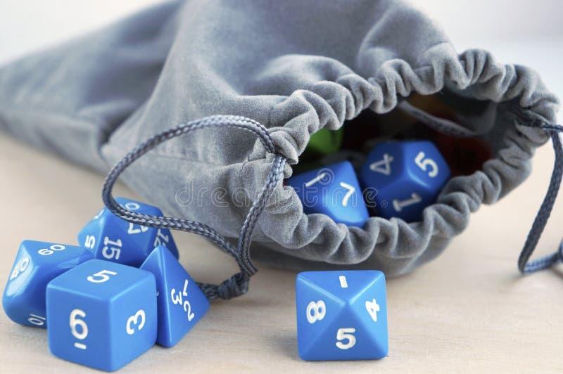 Γκρίζα τσάντα, ή σακούλα Χωρίζει σε τετράγωνα για το rpg, τα επιτραπέζια παιχνίδια, tabletop τα παιχνίδια ή τα μπουντρούμια και τ στοκ εικόνα με δικαίωμα ελεύθερης χρήσης
