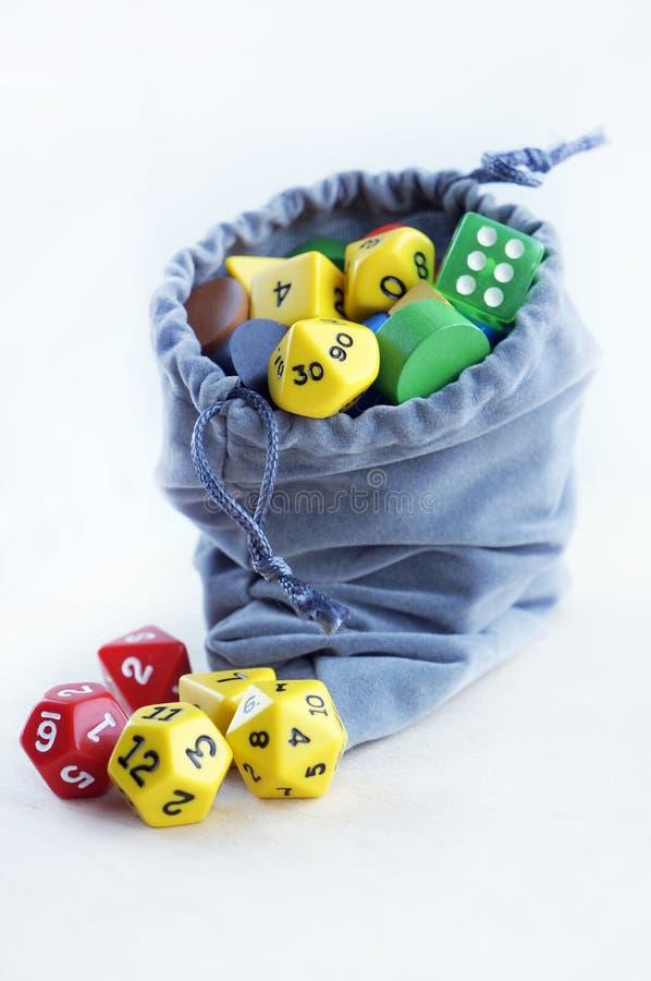 Γκρίζα τσάντα, ή σακούλα Χωρίζει σε τετράγωνα για το rpg, τα επιτραπέζια παιχνίδια, tabletop τα παιχνίδια ή τα μπουντρούμια και τ στοκ φωτογραφία με δικαίωμα ελεύθερης χρήσης