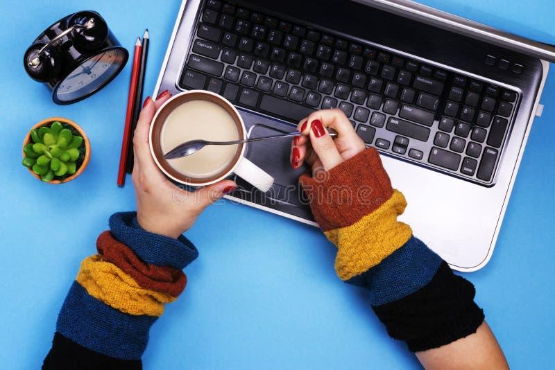 γκρίζες εργασίες κοριτσιών υπολογιστών ανασκόπησης ανασκόπηση που χρωματίζεται Η έννοια στοκ φωτογραφία με δικαίωμα ελεύθερης χρήσης