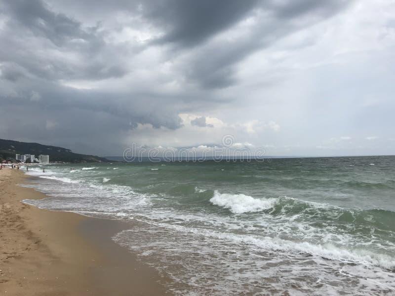 Γκρίζες θύελλες πέρα από τα μεγάλα κύματα Μαύρης Θάλασσας στοκ εικόνες