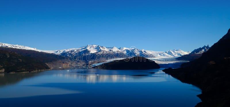 Γκρίζοι παγετώνας και λίμνη με τα χιονώδη βουνά στο Torres del Paine πεζοπορώ στην Παταγωνία/τη Χιλή στοκ φωτογραφίες με δικαίωμα ελεύθερης χρήσης
