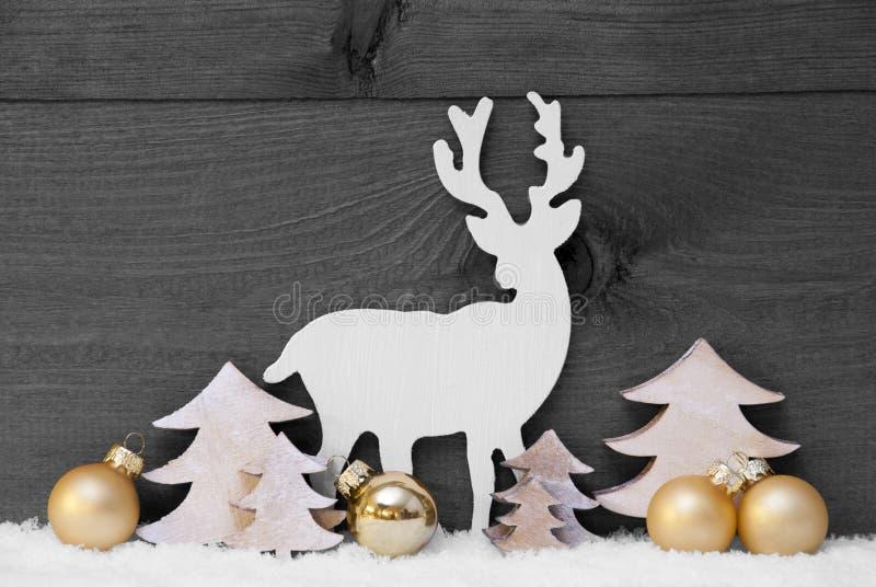Γκρίζοι, χρυσοί διακόσμηση Χριστουγέννων, χιόνι, δέντρο και τάρανδος στοκ φωτογραφίες