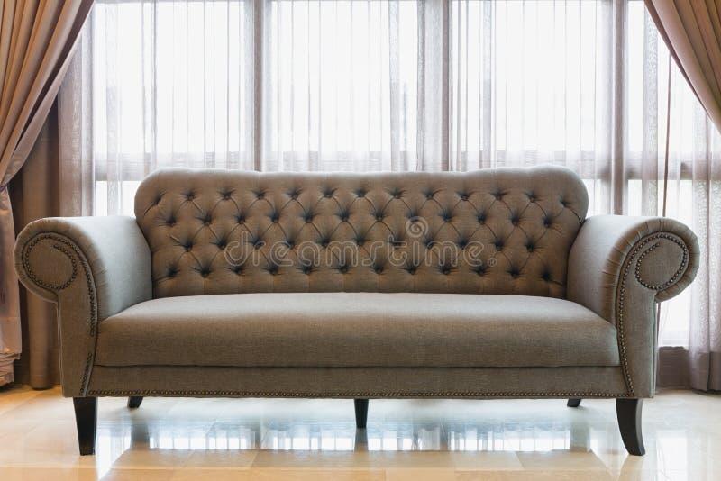 Γκρίζος εκλεκτής ποιότητας καναπές ύφους στοκ εικόνες