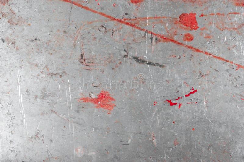 Γκρίζο γρατσουνισμένο grunge υπόβαθρο φύλλων μετάλλων Φορεμένη σύσταση επιφάνειας χάλυβα με το κόκκινο χρώμα στοκ εικόνες