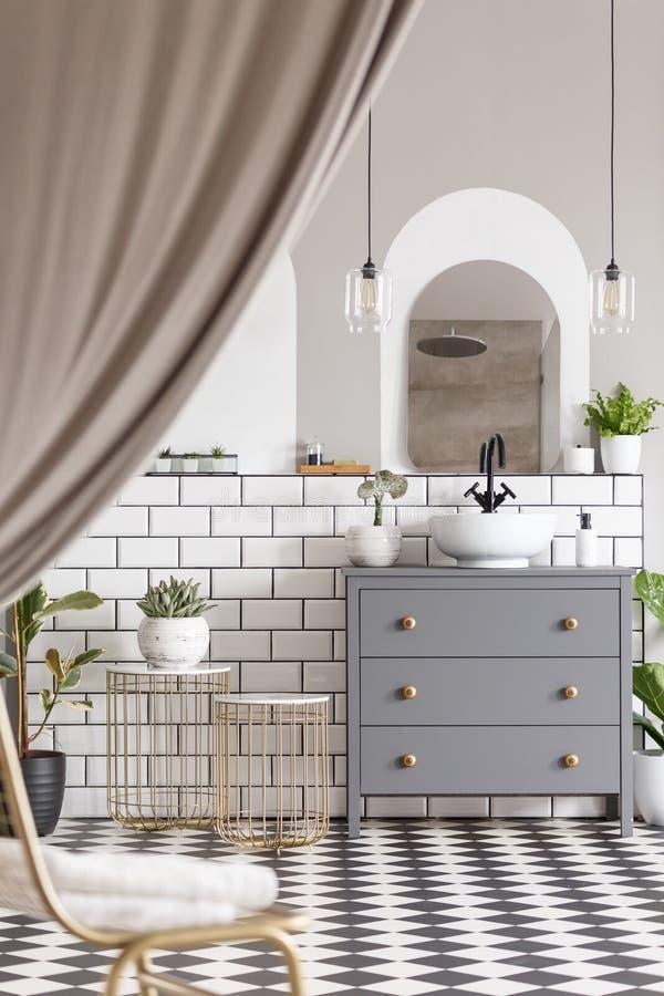 Γκρίζο γραφείο με washbasin στο σύγχρονο εσωτερικό λουτρών με δραχμές στοκ εικόνες με δικαίωμα ελεύθερης χρήσης