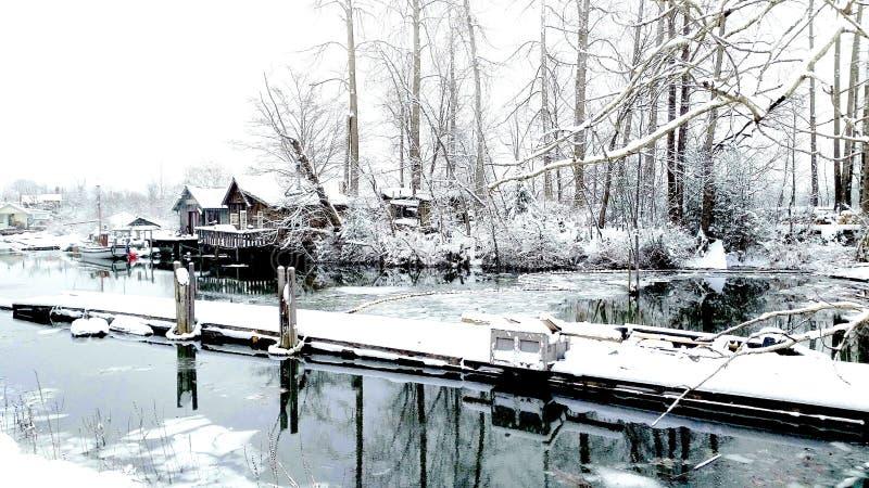 Γκρίζο εξοχικό σπίτι Βρετανική Κολομβία ενός στη χιονώδη όχθεων ποταμού Steveston κοντά στην ξύλινη αποβάθρα στοκ εικόνες με δικαίωμα ελεύθερης χρήσης