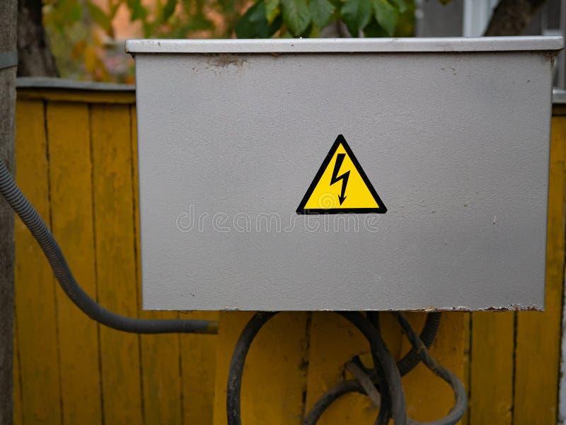 γκρίζο ηλεκτρικό κιβώτιο συνδέσεων με το σημάδι βροντής στοκ εικόνα με δικαίωμα ελεύθερης χρήσης