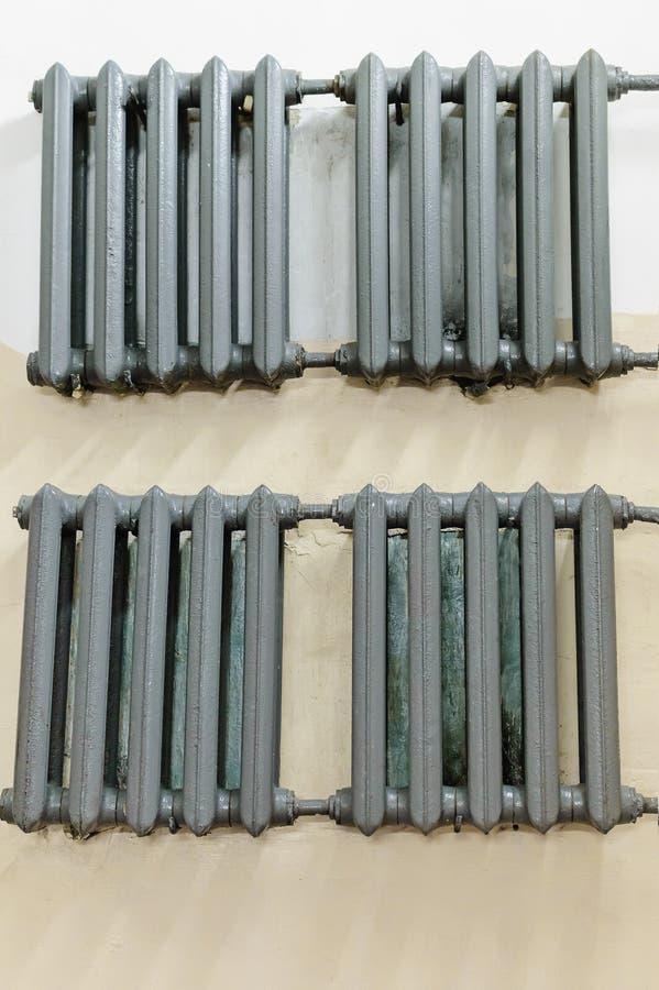 Γκρίζο θερμαντικό σώμα χυτοσιδήρων για τη θέρμανση της ένωσης στον τοίχο στοκ εικόνες