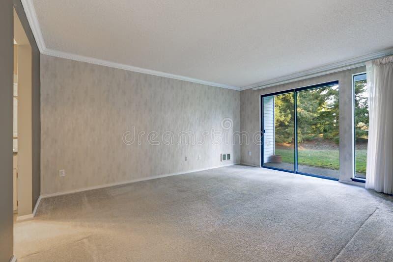 Γκρίζο κενό δωμάτιο με τη μεταλλική ταπετσαρία στοκ φωτογραφία