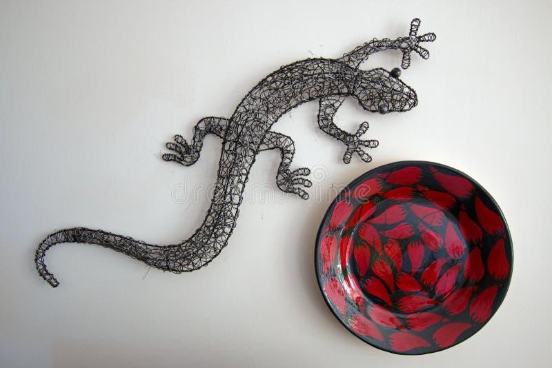 Γκρίζο μέταλλο Gecko και κόκκινο σχεδιασμένο τσίλι κύπελλο στοκ φωτογραφία με δικαίωμα ελεύθερης χρήσης