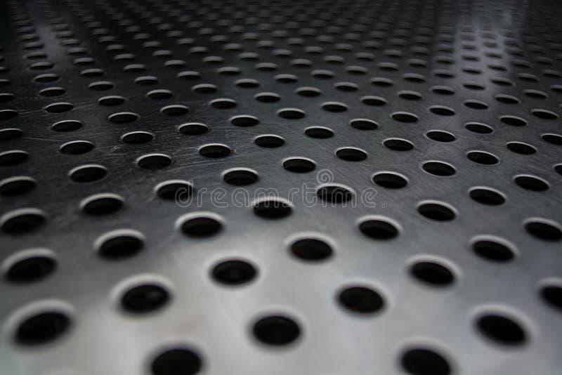 Γκρίζο μονοφωνικό υπόβαθρο με τη μεγάλη ποσότητα τρυπών σε ένα μεταλλικό πιάτο Επιφάνεια r στοκ φωτογραφία με δικαίωμα ελεύθερης χρήσης
