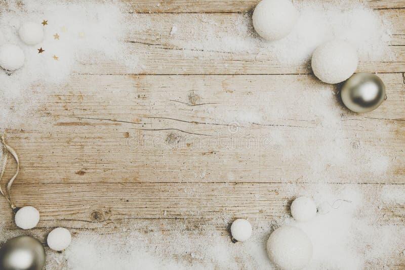 Γκρίζο ξύλινο υπόβαθρο Christmassy με τη διακόσμηση στοκ φωτογραφία με δικαίωμα ελεύθερης χρήσης