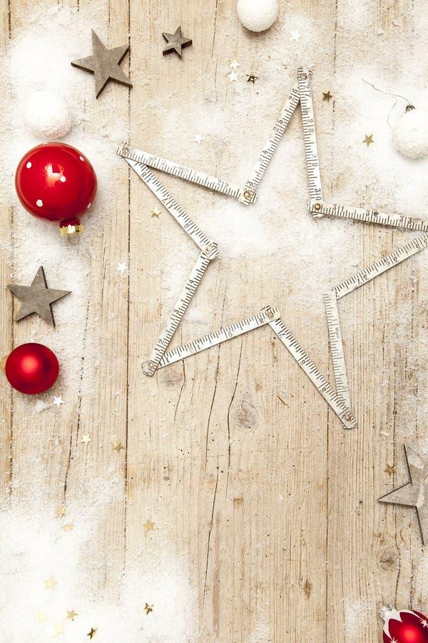 Γκρίζο ξύλινο υπόβαθρο Christmassy με τη διακόσμηση στοκ εικόνες