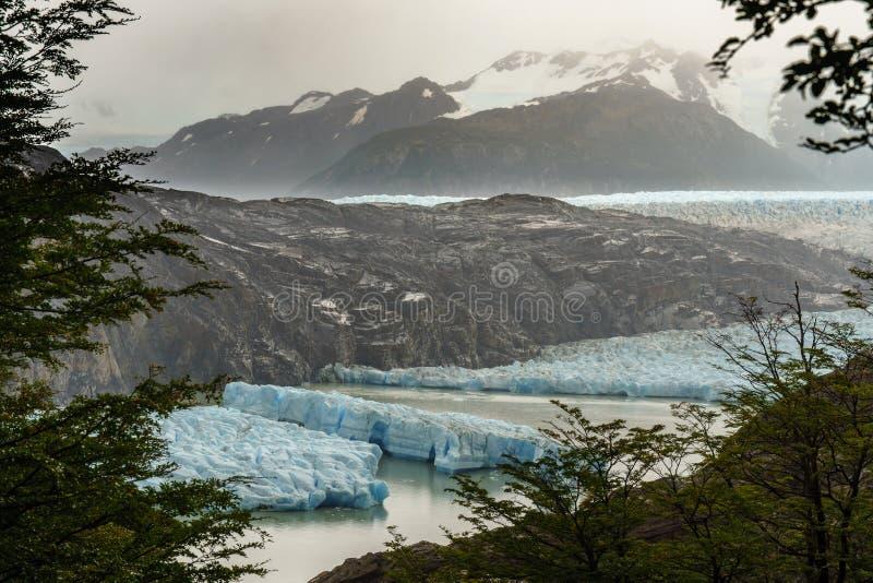Γκρίζο σπάσιμο παγετώνων στα κομμάτια στοκ εικόνες