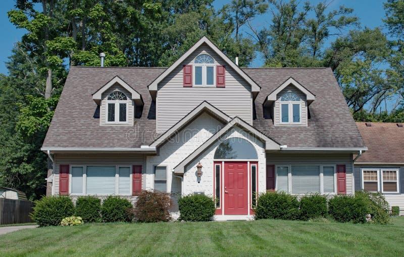 Γκρίζο σπίτι με τις κόκκινα εμφάσεις & Dormers στοκ φωτογραφία με δικαίωμα ελεύθερης χρήσης