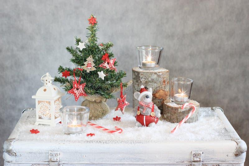 Γκρίζο υπόβαθρο Χριστουγέννων με τα κεριά και το δέντρο στοκ εικόνα