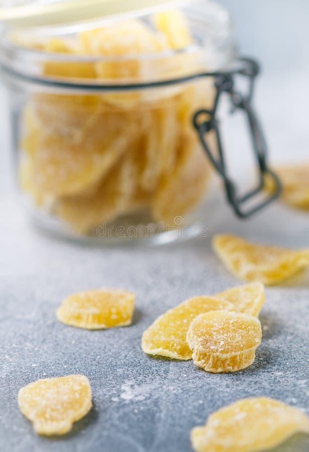Γλασαρισμένες φέτες πιπεροριζών Γλυκός πικάντικος μεταχειρίζεται για το τσάι στοκ φωτογραφία με δικαίωμα ελεύθερης χρήσης