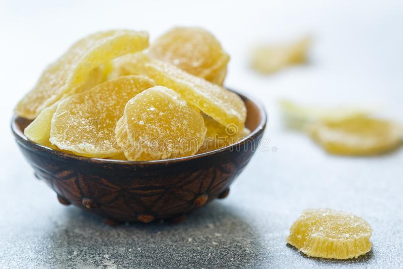 Γλασαρισμένες φέτες πιπεροριζών Γλυκός πικάντικος μεταχειρίζεται για το τσάι στοκ φωτογραφίες με δικαίωμα ελεύθερης χρήσης