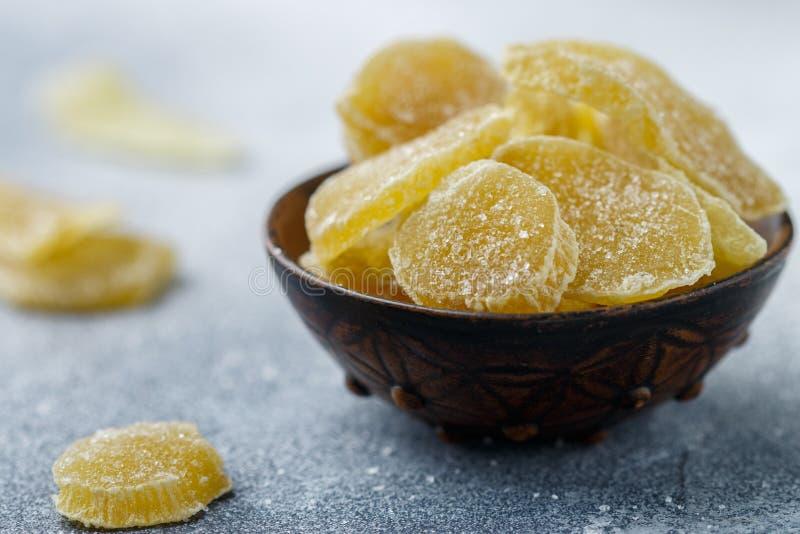 Γλασαρισμένες φέτες πιπεροριζών Γλυκός πικάντικος μεταχειρίζεται για το τσάι στοκ εικόνα με δικαίωμα ελεύθερης χρήσης