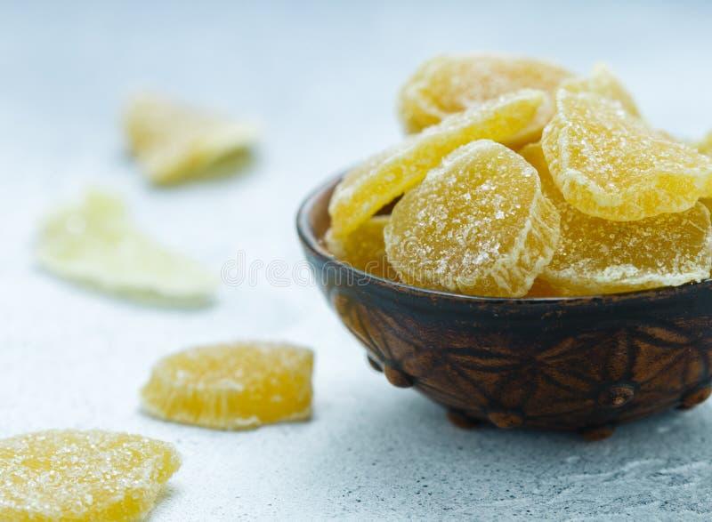 Γλασαρισμένες φέτες πιπεροριζών Γλυκός πικάντικος μεταχειρίζεται για το τσάι στοκ εικόνες