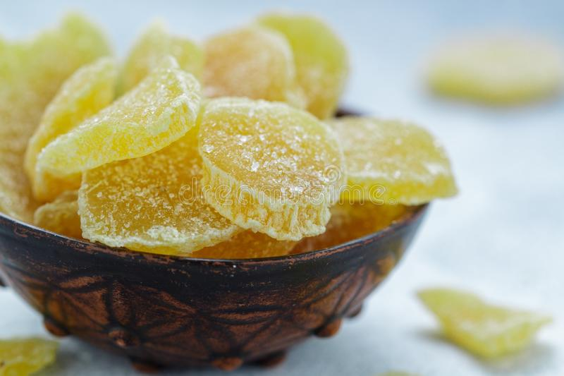 Γλασαρισμένες φέτες πιπεροριζών Γλυκός πικάντικος μεταχειρίζεται για το τσάι στοκ φωτογραφία
