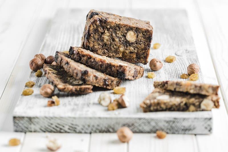 Γλουτένη-ελεύθερο ψωμί με τους σπόρους φουντουκιών και λιναριού σε έναν ξύλινο πίνακα στοκ φωτογραφίες με δικαίωμα ελεύθερης χρήσης