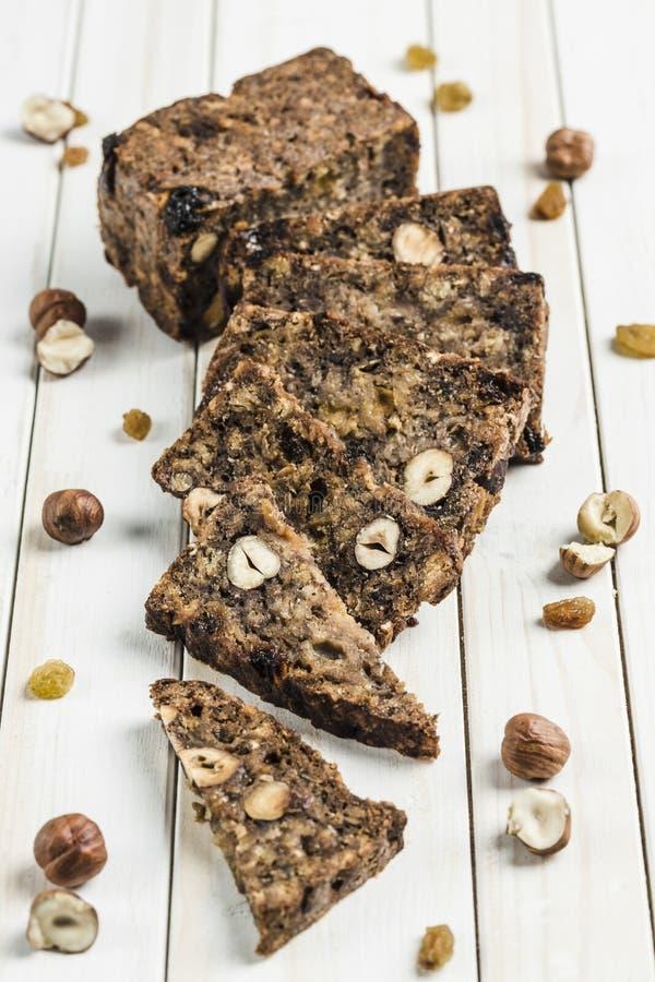 Γλουτένη-ελεύθερο ψωμί με τους σπόρους φουντουκιών και λιναριού σε έναν ξύλινο πίνακα στοκ εικόνα