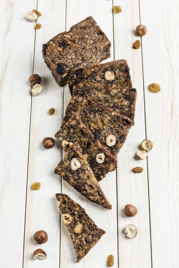 Γλουτένη-ελεύθερο ψωμί με τους σπόρους φουντουκιών και λιναριού σε έναν ξύλινο πίνακα στοκ εικόνες με δικαίωμα ελεύθερης χρήσης