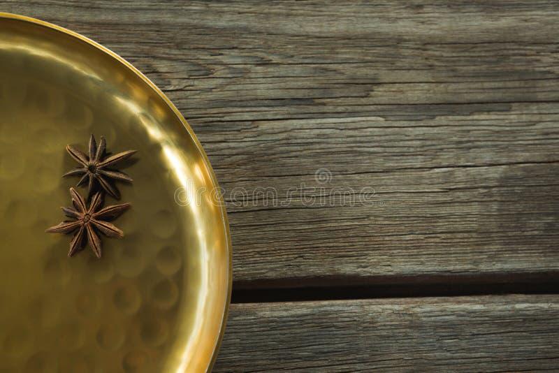 Γλυκάνισο αστεριών στο χρυσό πιάτο στοκ φωτογραφία με δικαίωμα ελεύθερης χρήσης